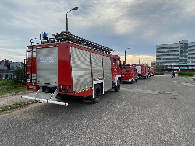 Samochody strażackie z Woli, Gilowic, Miedźnej i Góry. Czerwone pojazdy na parkingu.
